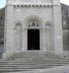 Eglise Saint-Laurent - Français:   Église Saint-Laurent de Parthenay (79). Extérieur. Façade occidentale. Base de la tour-clocher.