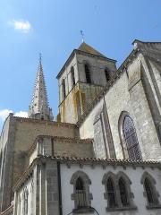 Eglise Saint-Laurent - Français:   Église Saint-Laurent de Parthenay (79). Extérieur. Tour à la croisée du transept.