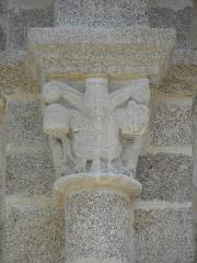 Eglise Saint-Laurent - Français:   Église Saint-Laurent de Parthenay (79). Extérieur. Façade occidentale. Base de la tour-clocher. Détail. Chapiteau.