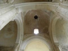 Ancienne église priorale Saint-Pierre de Parthenay-le-Vieux - Église Saint-Pierre de Parthenay-le-Vieux, Parthenay (79). Intérieur. Croisée du transept.