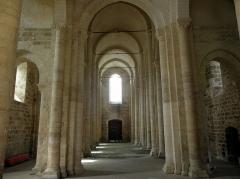Ancienne église priorale Saint-Pierre de Parthenay-le-Vieux - Église Saint-Pierre de Parthenay-le-Vieux, Parthenay (79). Intérieur. Nefs vues du transept.