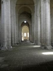 Ancienne église priorale Saint-Pierre de Parthenay-le-Vieux - Église Saint-Pierre de Parthenay-le-Vieux, Parthenay (79). Intérieur. Nef principale.