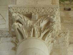 Ancienne église priorale Saint-Pierre de Parthenay-le-Vieux - Église Saint-Pierre de Parthenay-le-Vieux, Parthenay (79). Intérieur. Chapiteau.