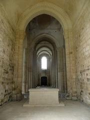 Ancienne église priorale Saint-Pierre de Parthenay-le-Vieux - Église Saint-Pierre de Parthenay-le-Vieux, Parthenay (79). Intérieur. Nef principale vue du chœur.