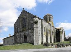 Ancienne église priorale Saint-Pierre de Parthenay-le-Vieux - Français:   Église Saint-Pierre de Parthenay-le-Vieux, Parthenay (79). Extérieur. Façade occidentale et flanc sud.