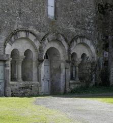 Ancienne église priorale Saint-Pierre de Parthenay-le-Vieux - Église Saint-Pierre de Parthenay-le-Vieux, Parthenay (79). Extérieur. Entrée de la salle capitulaire.