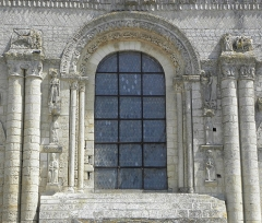 Ancienne abbaye Saint-Jouin - Façade occidentale de l'abbatiale Saint-Jouin de Saint-Jouin-de-Marnes (79). 1er étage. Section centrale. Détail.