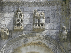 Ancienne abbaye Saint-Jouin - Façade occidentale de l'abbatiale Saint-Jouin de Saint-Jouin-de-Marnes (79). 1er étage. Baie droite. Détail. La luxure.