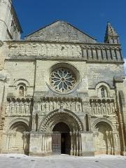 Eglise Saint-Médard - Français:   Façade le l\'église Saint-Médard Thouars Deux-Sèvres France