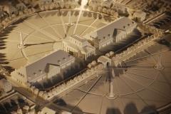 Ancienne saline royale, actuellement Fondation Claude-Nicolas Ledoux - Français:   Maquette des trois bâtiments centraux de la cité idéale de Chaux, actuels bernes ouest et est et maison du directeur, à la saline royale d\'Arc-et-Senans.