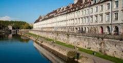 Grenier de la ville - English: Quai Vauban in Besançon, french department of Doubs. Few buildings monuments historiques.