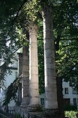 Jardin public - Français:   Besançon (Doubs (département) - France), Square archéologique Castan - Colonnes corinthiennes gallo-romaines découvertes lors de fouilles archéologiques menées par Auguste Castan en 1870 et relevées dans le cadre de la création d\'un jardin à l\'anglaise.