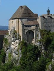 Château de Joux - Français:   La partie médiévale du château, enchâssée aux rochers de la cluse depuis en l\'autre côté, vers 10h.