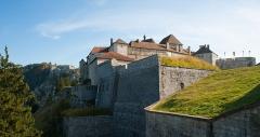 Château de Joux - Français:   Le château de Joux au premier plan. Au second plan, le fort du Larmont légèrement sur la gauche du château de Joux