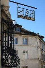 Hôtel Sanderet de Valonne - Français:   Ornans (Doubs - France), enseigne et grille de fenêtre espagnole (Rejas) de l'ancien Hôtel Sanderet de Valonne construit à la fin du XVIIème siècle, actuellement bibliothèque municipale et bureau de poste.