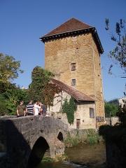 Tour Gloriette - Français:   Tour Gloriette en Arbois (39) avec au premier plan le Pont des Capucins