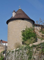 Tour Saint-Guillaume (ensemble) - English: Sight of the Tour Saint-Guillaume tower (13th - 16th centuries), in Saint-Amour, Jura, France.