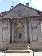 Fontaine de la Sirène - Français:   Fontaine de la Sirène (XVIIIe s), Rue Jules Grévy, à Poligny (Jura).