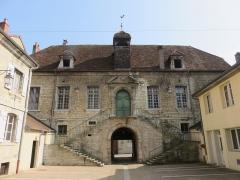 Hôtel de ville, ancien bailliage et anciennes prisons - Français:   Ancien palais de Justice de l\'Hotel de Ville de Poligny, sur l\'emlacement des anciens rempart de la ville