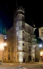 Hôtel de ville  dit tour des Echevins ou encore Maison carrée - Français:   Cet édifice a été construit dans la deuxième moitié du XVème siècle, par Henri Jouffroy, second fils de Perrin, frère du Cardinal.      D'abord loué, il fut acquis en 1552 par les notables de la ville, pour abriter les fonctions communales.  Fleuron du patrimoine civil luxovien, il s'élève sur quatre étages, s'ouvrant sur un bel escalier latéral de 146 marches, menant à une tour octogonale.  Il abrite de nos jour un musée qui est l'un des plus anciens de France:   c'est par une délibération datée du 22 janvier 1673, que le Conseil de la ville prit la résolution de «recueillir les antiques trouvés sur son territoire, et de les déposer à l'Hôtel de Ville».