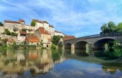 Château -  Pesmes, le château et le pont.