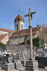 Croix de cimetière - Français:   Croix du cimetière de Pesmes,  (Classé, 1903) (Haute-Saône)