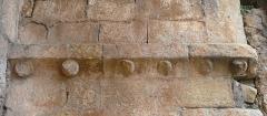 Ancienne abbaye Notre-Dame - Corniche à modillons sur le mur de droite de l'entrée nord de l'ancienne abbaye d'Alet-les-Bains, Aude, Languedoc-Roussillon, France.