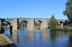 Pont-Vieux - English: Pont-Vieux à Carcassonne (Old Bridge of Carcassonne) which date back to 1184 links the Cité de Carcassonne (the medieval hill-town) with the Lower Town.
