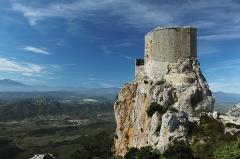 Ruines du château de Quéribus - Català: Vista de l'est del Castell de Querbús en un penya-segat sobre la plana, Aude, França.