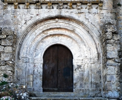 Eglise paroissiale Sainte-Léocadie et remparts adjacents - Français:   Porche de l\'Église Sainte-Léocadie à Fontjoncouse