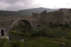 Pont faisant communiquer le village de Lagrasse et le quartier de l'Abbaye - Italiano: Antico ponte di Lagrasse sull'Orbieu che collega il paese alla abbazia