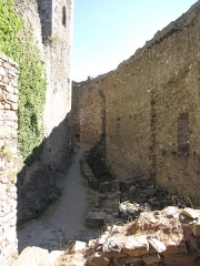 Ruines des quatre châteaux - This building is classé au titre des Monuments Historiques. It is indexed in the Base Mérimée, a database of architectural heritage maintained by the French Ministry of Culture,under the reference PA00102727 .