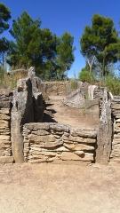 Monument mégalithique, dit Allée couverte de Saint-Eugène, sur le domaine de Russol - Français:   Allée couverte de Saint-Eugène (domaine de Russol, Laure-Minervois )