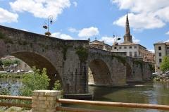 Pont-Neuf qui relie les deux rives de l'Aude près de l'église Saint-Martin - Français:   Pont-Neuf de Limoux