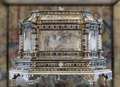Eglise Saint-Just (ancienne cathédrale) - English:  Treasure of the Cathedral Saint-Just-et-Saint-Pasteur Narbonne.  Reliquary Shrine of Saint Prudent- Eight-sided wedding dress, in the shape of a house, is made of engraved crystal, embossed silver and ivory painted and inlaid with intaglios (mostly antique) and garnets. It has, for a time, served as a receptacle, to the relics of Saint Prudent. Ninth century. Size:  40 x 56 x 38 cm</dd>