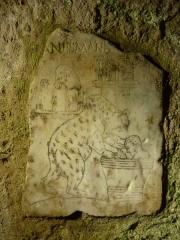 """Edifice romain dit """"Horreum"""" - Horreum (Classé Classé) Plaque graveé en marbre - Ier siècle. Ours luttant avec un"""