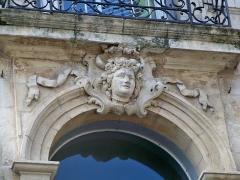 Hôtel - Français:   Hôtel particulier dans la rue de l\'Hôtel-de-Ville à Beaucaire (Gard, France).