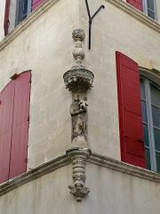 Niche avec statue - Français:   Statue 24 Rue des Bijoutiers à Beaucaire (Gard, France).