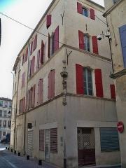 Niche avec statue -  Beaucaire (Gard, France), au 24 rue des Bijoutiers, en angle avec la rue Barbès, niche d\'angle abritant une statue de la Vierge à l\'Enfant, inscrites en tant que Monument Historique.