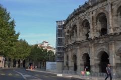 Amphithéatre ou Arènes - Partie des arènes de Nîmes et pigeonnier sur les toits