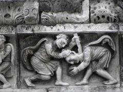 Cathédrale Notre-Dame et Saint-Castor -  Meurtre d'Abel par Caïn. Détail de la frise sculptée de la façade occidentale de la cathédrale Notre-Dame et Saint-Castor de Nîmes (30).