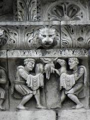 Cathédrale Notre-Dame et Saint-Castor -  Caïn et Abel présentant leur offrande à Yahvé. Détail de la frise sculptée de la façade occidentale de la cathédrale Notre-Dame et Saint-Castor de Nîmes (30).