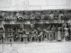 Cathédrale Notre-Dame et Saint-Castor - Construction de la tour de Babel. Destruction de Sodome. Détails de la frise sculptée de la façade occidentale de la cathédrale Notre-Dame et Saint-Castor de Nîmes (30).