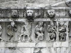 Cathédrale Notre-Dame et Saint-Castor - Adam et Eve après le péché originel. Dieu interrogeant Adam et Eve. Détails de la frise sculptée de la façade occidentale de la cathédrale Notre-Dame et Saint-Castor de Nîmes (30).
