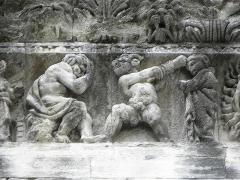 Cathédrale Notre-Dame et Saint-Castor - Égyptien frappant un Israélite devant Moïse. Détail de la frise sculptée de la façade occidentale de la cathédrale Notre-Dame et Saint-Castor de Nîmes (30).