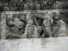 Cathédrale Notre-Dame et Saint-Castor - Le passage de la mer Rouge. Détail de la frise sculptée de la façade occidentale de la cathédrale Notre-Dame et Saint-Castor de Nîmes (30).