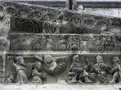 Cathédrale Notre-Dame et Saint-Castor - Sacrifice d'Isaac par Abraham. Joseph accusé devant Pharaon. Détails de la frise sculptée de la façade occidentale de la cathédrale Notre-Dame et Saint-Castor de Nîmes (30).