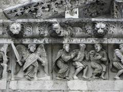 Cathédrale Notre-Dame et Saint-Castor - Adam et Eve chassés de l'Eden. Détail de la frise sculptée de la façade occidentale de la cathédrale Notre-Dame et Saint-Castor de Nîmes (30).
