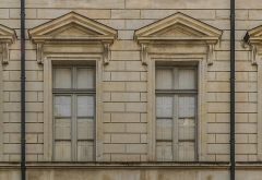 Ancien hôtel Rivet, ancienne préfecture, actuelle école des Beaux-Arts - English: Windows of the Hôtel Rivet in Nîmes, Gard, France