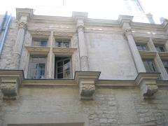 Hôtel de ville -  Nîmes (Gard, France), 13 rue de la Trésorerie, façade médiévale agrémentée à la Renaissance de ces deux belles fenêtres; photo de Nicolas Cadène.
